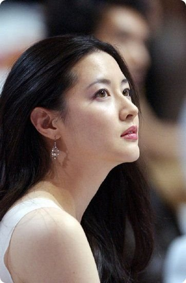 lee_young_ae1-full